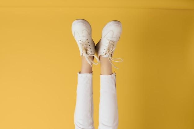 レディース逆脚逆さまの白いスニーカーファッション
