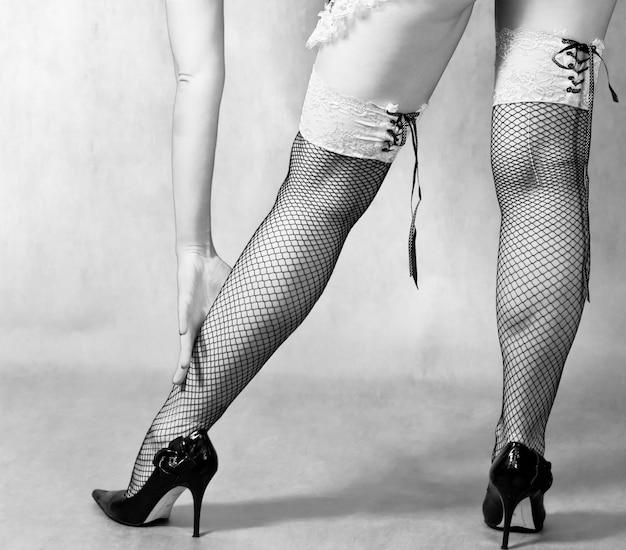 網タイツの女性の足