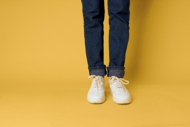 여자 다리 청바지 흰색 운동화 패션 스트리트 스타일 노란색