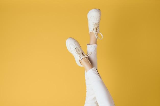 スニーカーを履いて白の女性の足