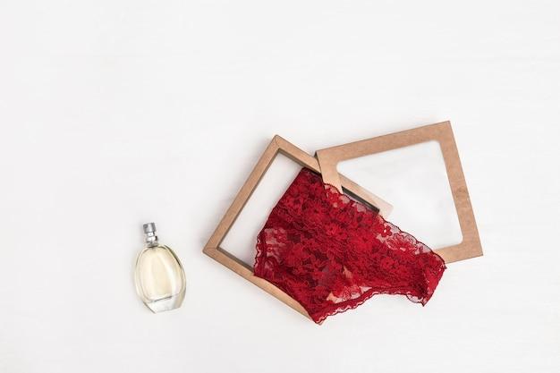 レディースランジェリーとガラス瓶の香水、コピースペース。
