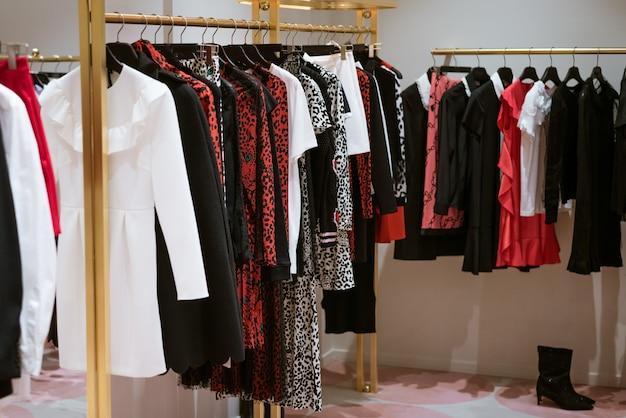 가게에 걸려있는 여성의 새로운 패션 의류