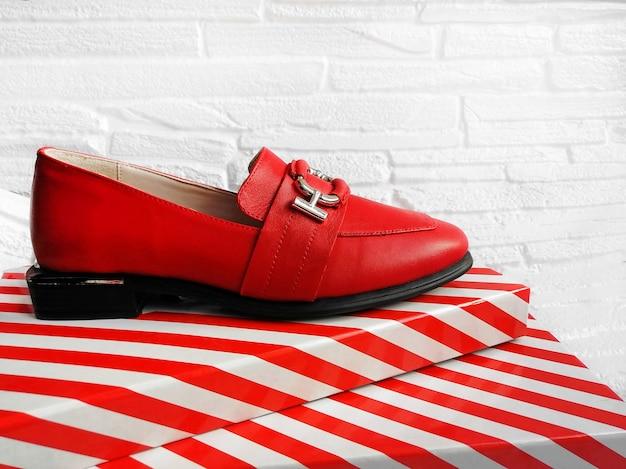 줄무늬가 있는 줄무늬 배경의 여성용 빨간색 캐주얼 신발 버클이 없는 세련된 여성용 신발