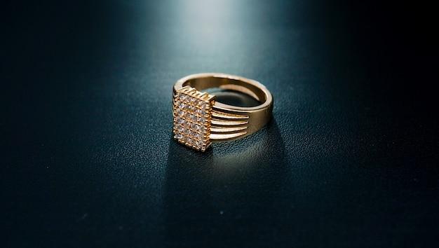 아름답게 보이는 깅엄과 작은 다이아몬드가 있는 여성용 반지