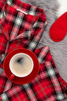 Женские пижамы и аксессуары на сером пушистом покрывале. плоские лежал сверху состав домашней моды.