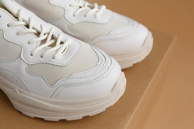 段ボール箱のレディース スニーカー アクティブなスポーツ トレーニングやウォーキングに適した快適な靴