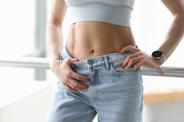 レディーススポーツタイト腹筋。減量と平らな胃のための効果的で正しい運動