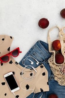 Женская летняя одежда и аксессуары на сером фоне