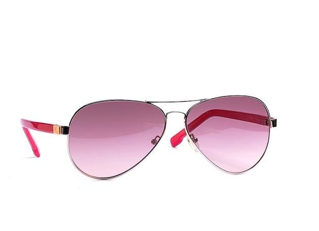 Женские солнцезащитные очки в тонкой металлической оправе и розовом стекле на белой поверхности