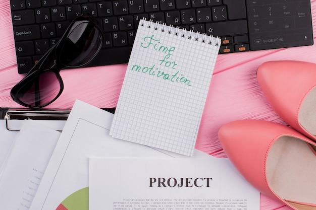 オフィスのデスクトップ上の女性のものノートブック