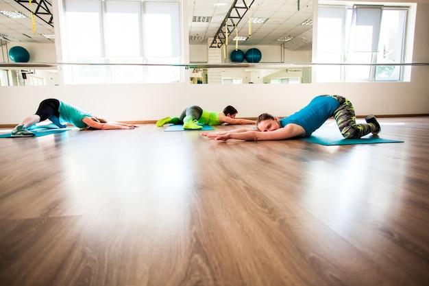 ストレッチをする女性のトレーニング
