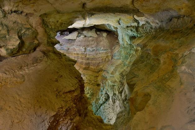 Чудо пещеры. слои осадочных пород и стратификация