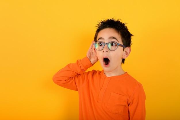 아이의 귀가 뭔가 궁금했습니다. 노란색에 가십의 개념