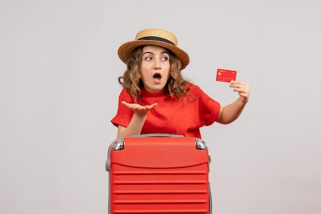 그녀의 그녀가 들고 카드와 함께 궁금한 휴가 소녀