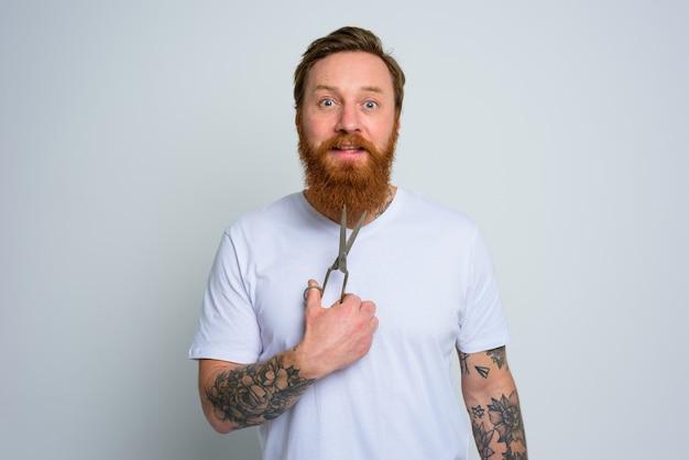 가위를 든 이상한 남자가 수염을 자를 준비가 되어 있다