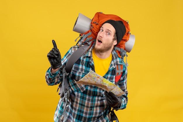 Si chiedeva un giovane backpacker con un cappello nero che reggeva una mappa di viaggio che puntava a qualcosa
