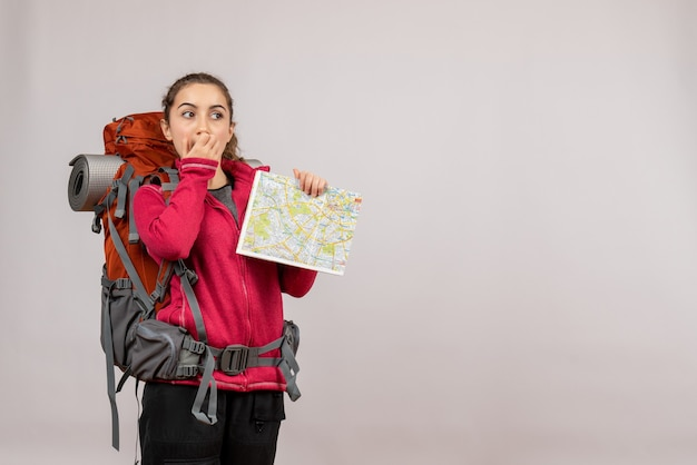 배낭에 회색지도를 들고 궁금한 젊은 여행자