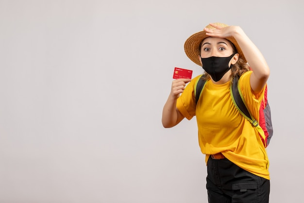 Si chiedeva giovane donna con maschera nera che tiene carta su bianco