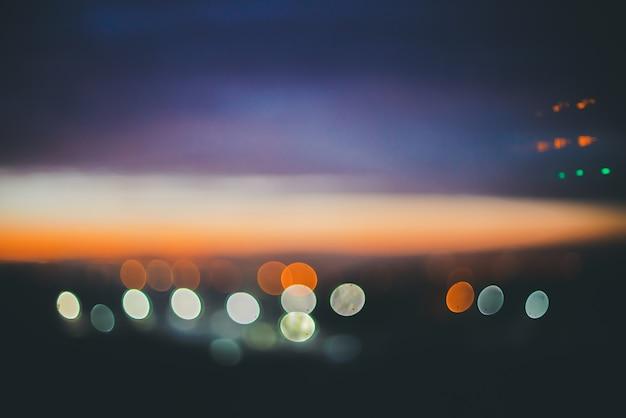 도시 위의 멋진 분위기의 조용한 새벽. 놀라운 그림 같은 낭만적 인 일몰.