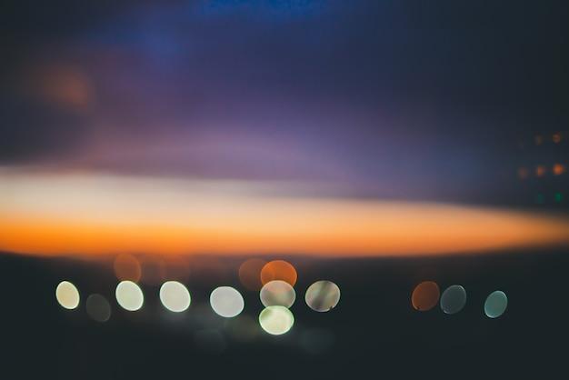 街の上の素晴らしい大気の穏やかな夜明け。