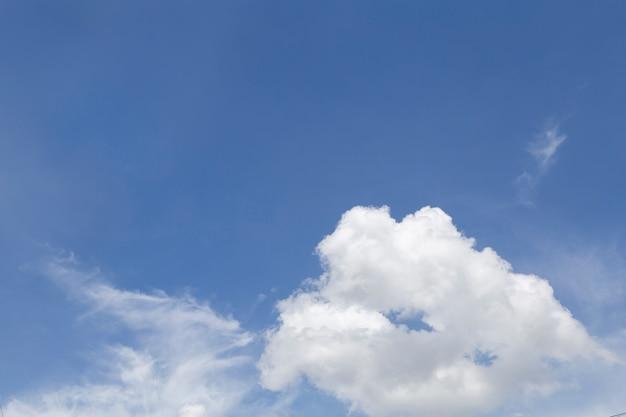 Прекрасное голубое небо с облаком.