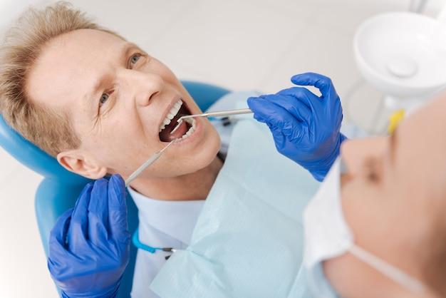 환자가 정기적으로 검진을받는 동안 문제가 없는지 확인하는 훌륭한 돌보는 섬세한 의사