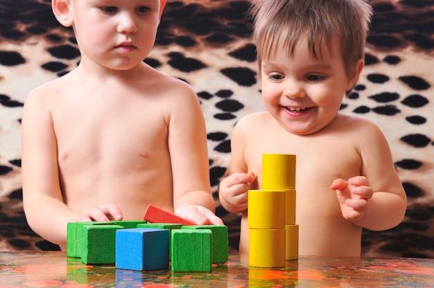 Замечательные дети играют с игрушечными кубиками