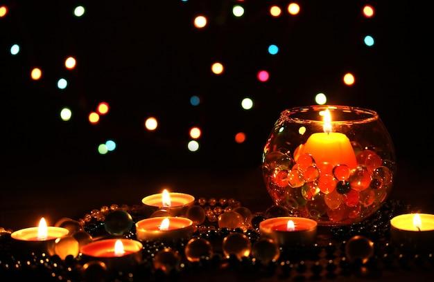밝은 나무 테이블에 촛불의 멋진 구성