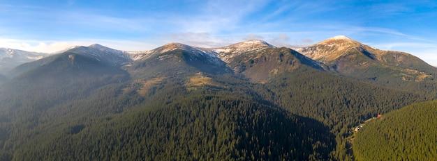 산의 멋진 새벽, 태양 광선이 안개를 통해 산 정상을 비 춥니 다.