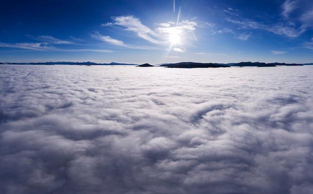 雲の上の素晴らしい夜明け、きれいな澄んだ空気と明るい太陽。冬の風景。