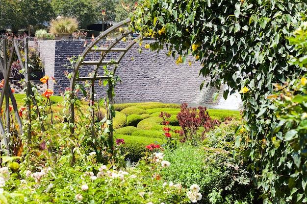 화창한 날의 멋진 정원 미로
