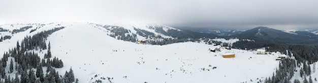 晴れた凍るような冬の日に雪に覆われた山の丘の上の素晴らしい巨大な雪の吹きだまり