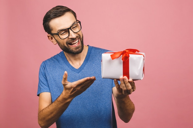 Прекрасный подарок! очаровательны фото привлекательный мужчина с красивой улыбкой, держа его коробку с подарком на день рождения