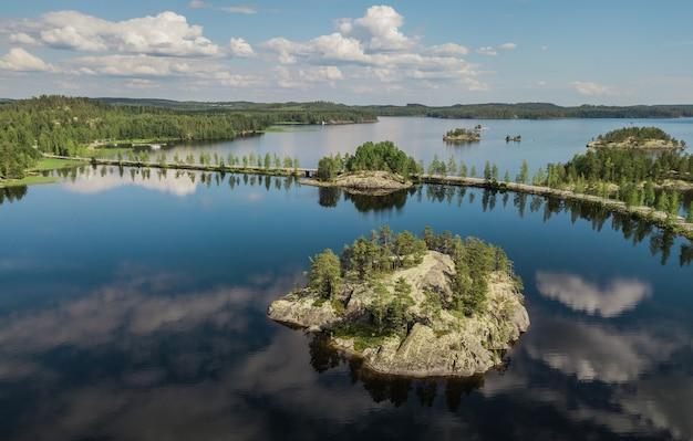 Прекрасный пейзаж финляндии. озеро литвеси. с высоты птичьего полета