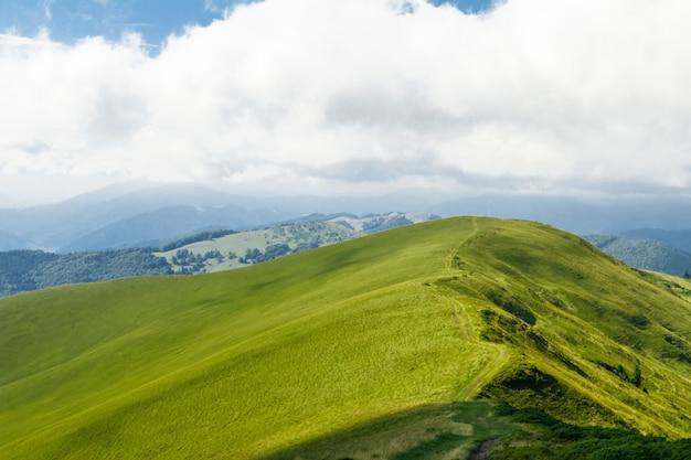 Прекрасный ландшафт украинских карпат.