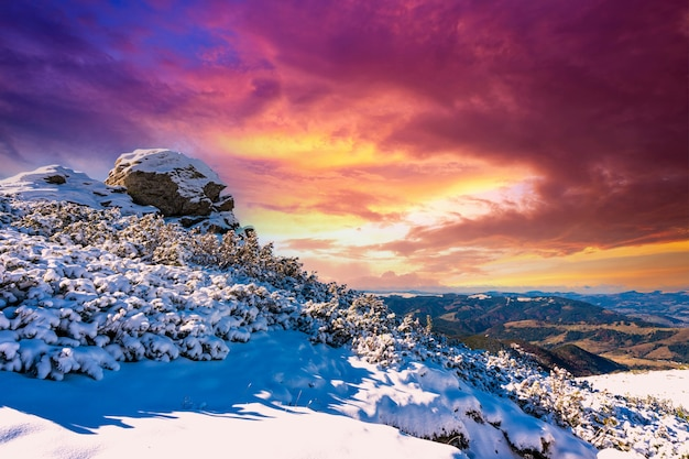 카르파티아 산맥의 큰 바위 난간이 있는 첫 눈으로 덮인 멋진 풍경, 젬브로냐 마을 근처의 그림 같은 우크라이나의 맑고 푸른 하늘