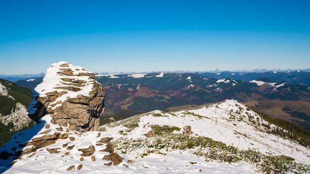 Замечательные пейзажи, покрытые первым снегом, с большими скалистыми уступами.