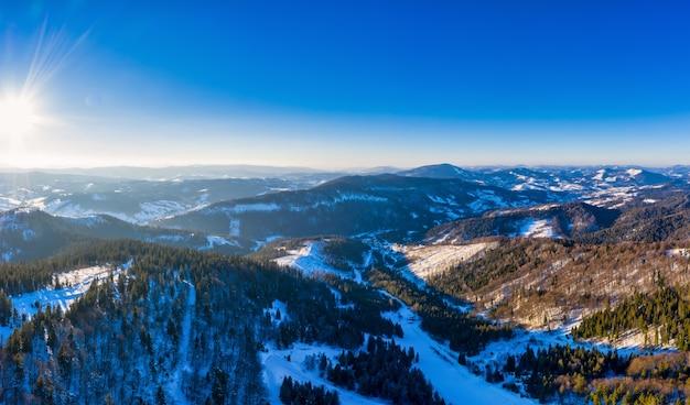 Pylypets 마을 근처 우크라이나의 눈과 맑고 푸른 하늘로 덮인 carpathian mountains의 멋진 풍경.