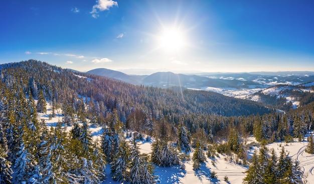 Pylypets 마을 근처 우크라이나의 첫 눈으로 덮인 카르파티아 산맥의 멋진 풍경