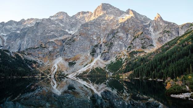 ハイタトラ山脈の美しいモルスキオコ湖の素晴らしい朝の景色