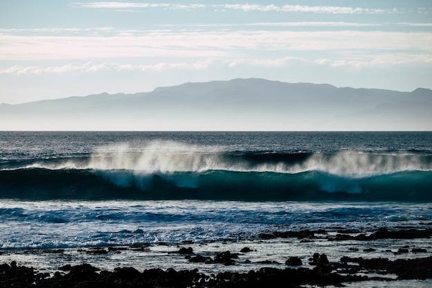 에너지로 해안을 부수는 파도와 함께 멋진 자연 쇼
