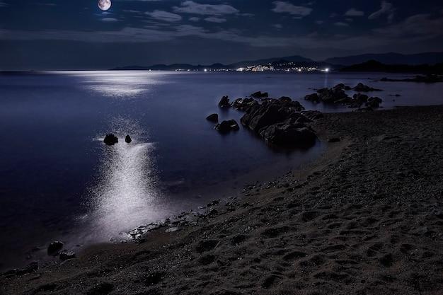 イタリアのサルデーニャ島南部のカポフェラートビーチの素晴らしい夜の海の景色