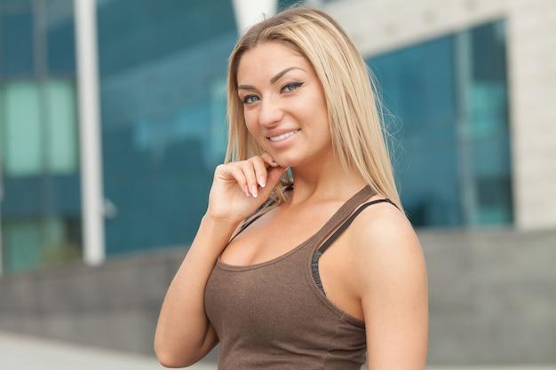 Замечательная улыбающаяся блондинка с симпатичным взглядом и ярким макияжем.