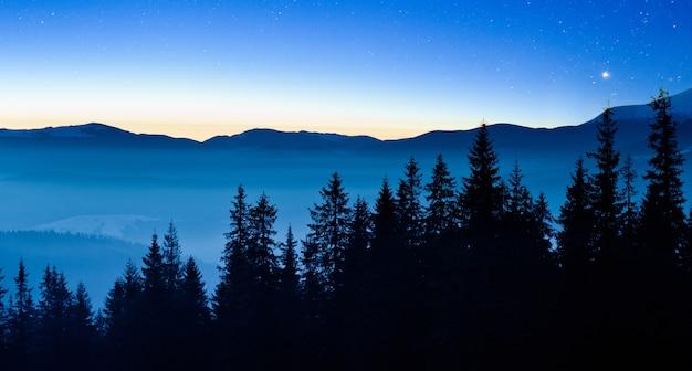 Чудесное звездное небо расположено над живописными видами горнолыжного курорта.