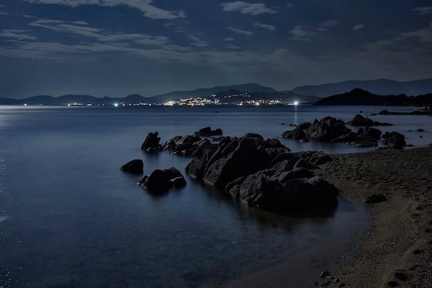 満月の夜のサルデーニャ南部のビーチの素晴らしい景色