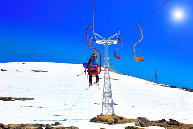산에서 케이블카의 멋진 전망. 엘브루스