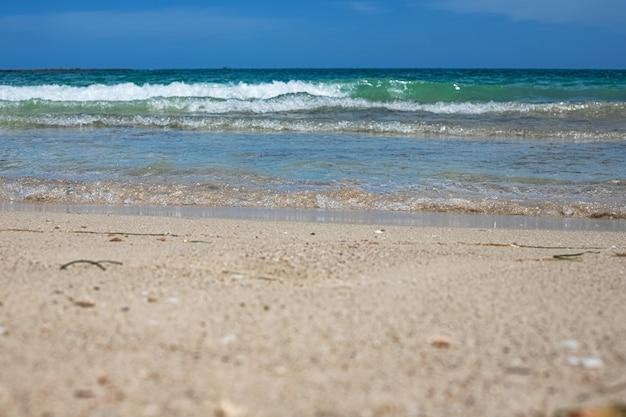 석호 해변 하얀 모래 해변과 푸른 바다의 멋진 전망. 제르바 섬. 튀니지