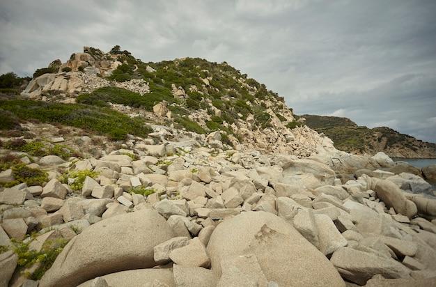 Прекрасный вид на естественный залив пунта молентис на юге сардинии.