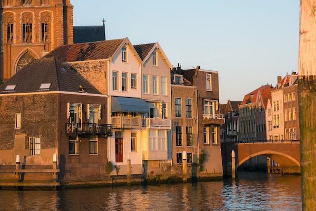 オランダの小さな街の運河の隣の家々の素晴らしい景色。