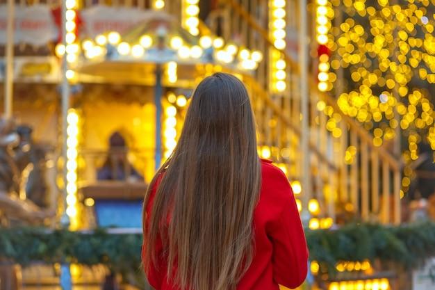 ストリートフェアを歩いている長い髪の素晴らしい若い女性